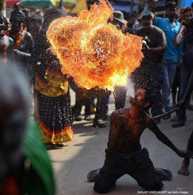 آتش بازی عجیب در آیین مذهبی هندوها