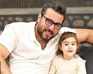پرش «محسن کیایی» با دخترش از روی آتش چهارشنبه سوری!