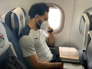 قرآن خواندن بازیکن لیورپول در هواپیما