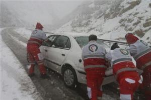 هلالاحمر استان سمنان به ۷خودرو مانده در گلوبرف امدادرسانی کرد