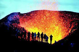 فیلم برداری نمای نزدیک از آتشفشان فعال