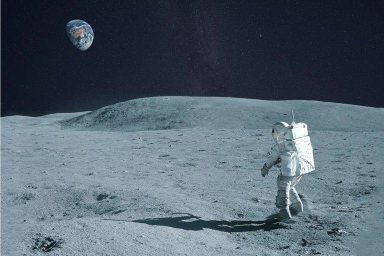 چقدر طول میکشد تا پای پیاده دور ماه قدم بزنیم؟