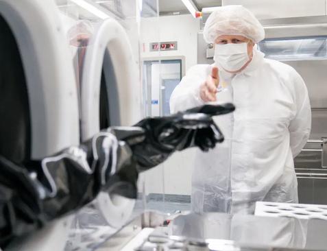 بازدید نخست وزیر بریتانیا از کارخانه تولید واکسن آسترازنکا