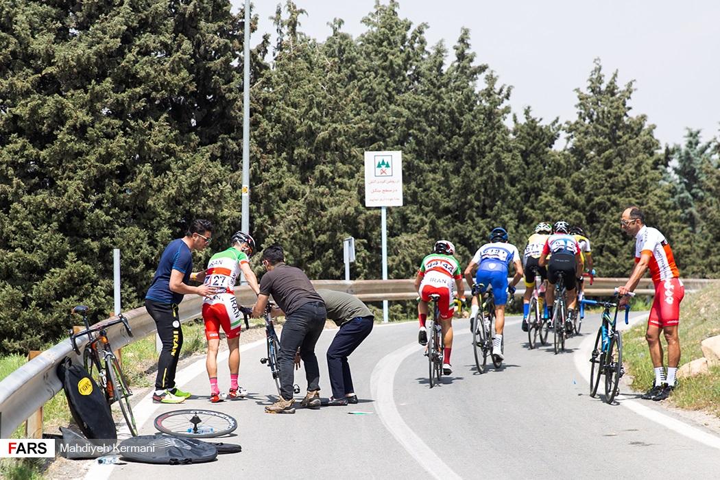 تعویض چرخ در مسابقه دوچرخه سواری