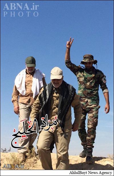 جوانی که در کنار حاج قاسم در میدان نبرد با داعش قدم برمی دارد کیست؟