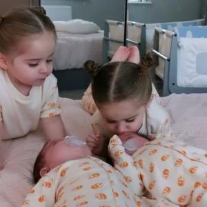 دوتا از با عشق ترین خواهر کوچولوهای دنیا