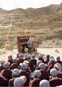 نواختن پیانو برای کودکان در ارتفاع ۴۰۰۰ متری