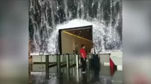 آبشاری چشم نواز داخل یک ساختمان