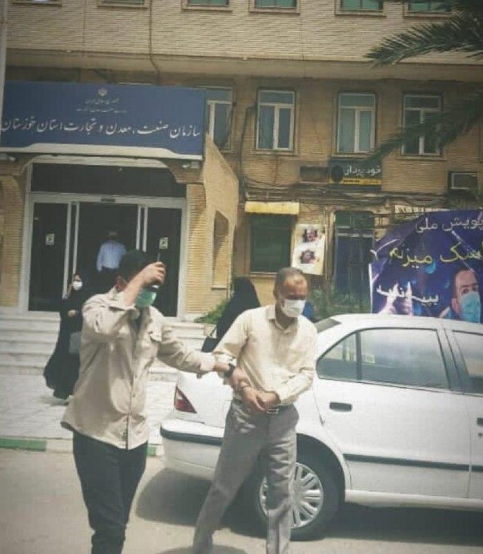 عکس/ لحظه دستگیری یکی از مدیران سازمان صمت خوزستان