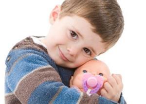 پسرم به جای ماشین و تفنگ، عاشق عروسک است!