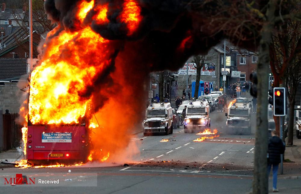 عکس/ آتش زدن اتوبوس و خودرو ها در آشوب های ایرلند شمالی