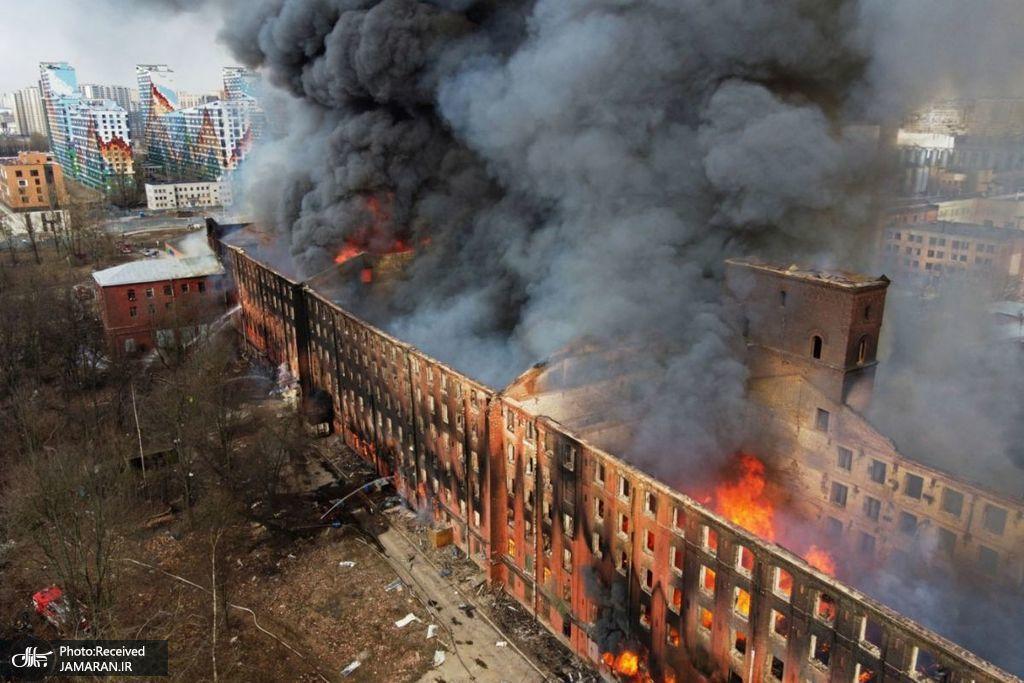 شعله های آتش و دود در حین آتش سوزی کارخانه ای در سن پترزبورگ