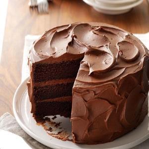 کیک شکلاتی دلچسب با خامه نسکافه