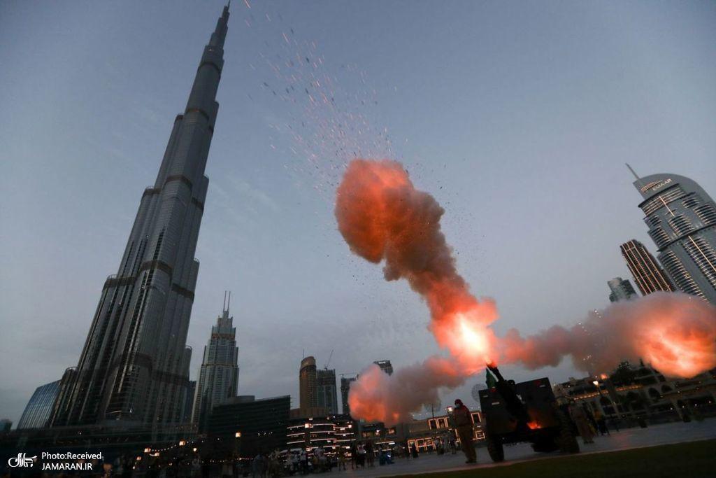 شلیک توپ به مناسبت آغاز ماه مبارک رمضان در مقابل برج خلیفه
