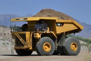 رانندگی بسیار سخت با کامیون غولپیکر «کاترپیلار»