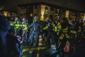 سومین شب اعتراضات در مینیاپولیس؛ گاز اشک آور و نارنجک صوتی پاسخ پلیس آمریکا به مردم