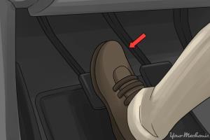 چرا قبل از روشن کردن خودرو باید کلاچ را بگیریم؟