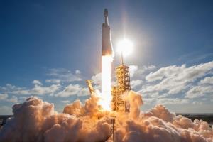 اسپیس ایکس کاوشگر آب ناسا را با راکت فالکون هوی روانه ماه میکند