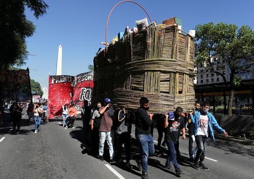 حمل یک سبد بزرگ مایحتاج در اعتراض معیشتی توسط آرژانتینی ها