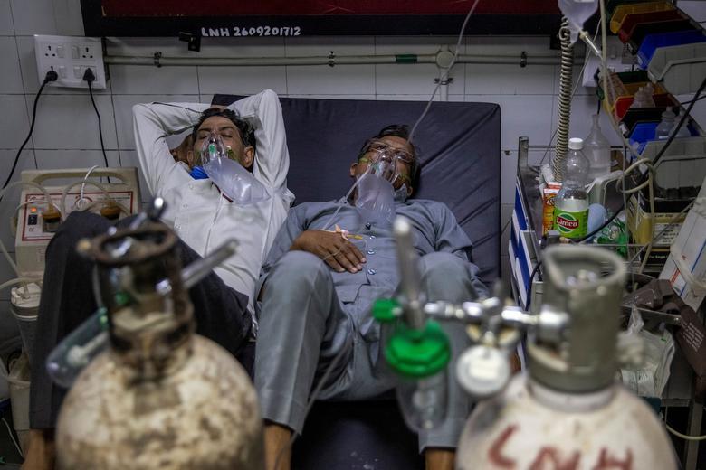 دو بیمار بر روی یک تخت در بیمارستان های هند!