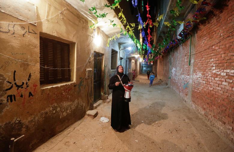 زنی که در محله «معادی» قاهره مسلمانان را برای سحر بیدار می کند