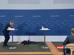 لحظه غش کردن مسئول دانمارکی در کنفرانس مطبوعاتی