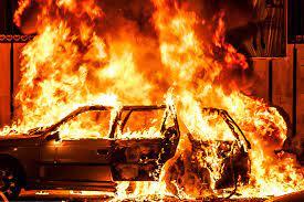 نجات راننده بیهوش از داخل ماشین در حال سوختن