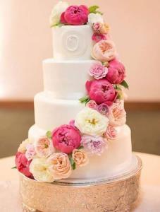 تزئین کیک های بهاری با گل های تازه