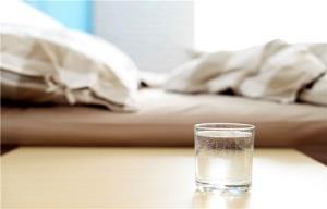خطرات قرار دادن لیوان آب کنار رختخواب هنگام خواب