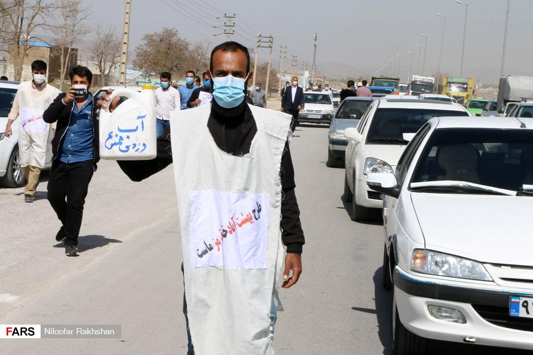 کفن پوشی یک هموطن شهرکردی در مخالفت با طرحهای انتقال آب