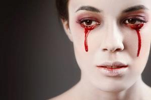 زنی که در دوران عادت ماهیانه خون گریه می کند