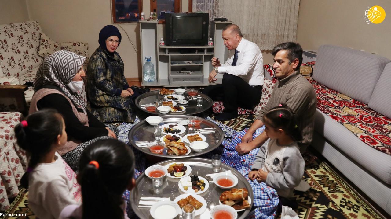 اردوغان و همسرش بر سر سفره افطار یک شهروند