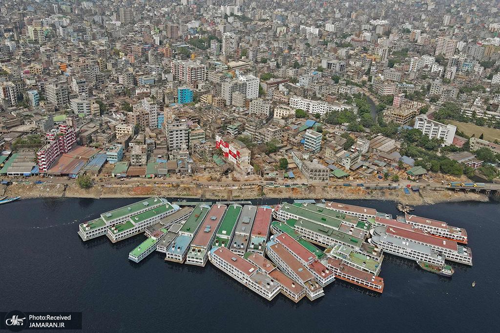 قایق های پارک شده در اسکله ای در داکا