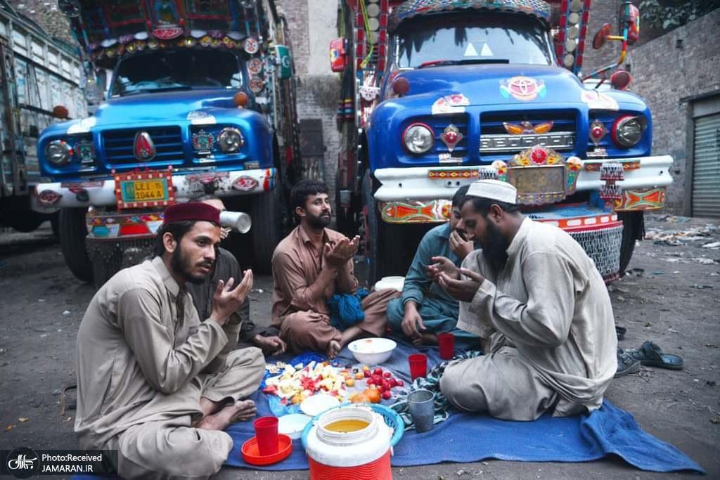دعای رانندگان کامیون قبل از افطار در لاهورِ پاکستان