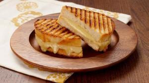 ساندویچ پنیر کبابی در فر و تابه؛ خوشمزه و پرطرفدار