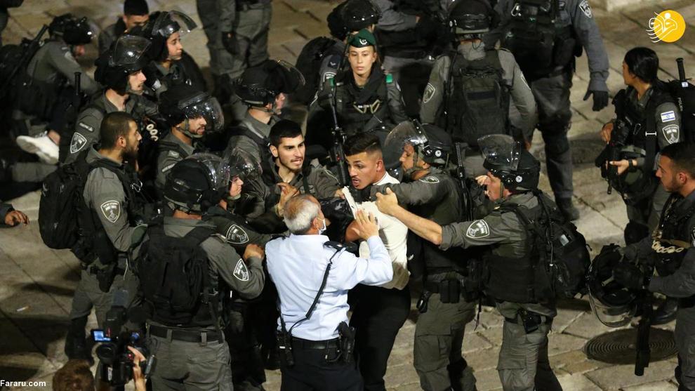 عکس/ حمله نظامیان اسرائیلی به نمازگزاران در مسجد الاقصی