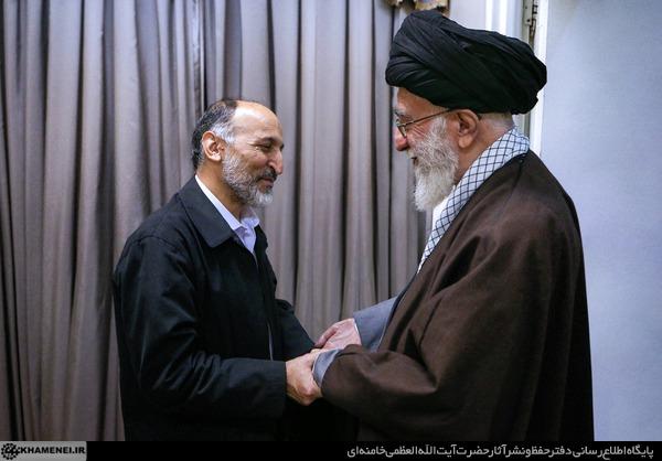 تصویر ویژه از سردار حجازی، دست در دستان رهبر انقلاب