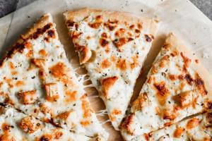 پیتزا چیکن پارمسان خانگی؛ یک پیشنهاد وسوسهانگیز