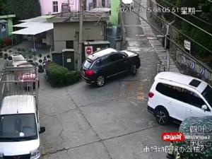 سقوط خودرو از جاده و گیر کردن بین دو دیوار