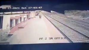 اقدام شجاعانه کارگر راه آهن در نجات جان یک بچه