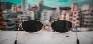 ۴ سبک عینک آفتابی که برای صورت های استخوانی مناسب تر هستند