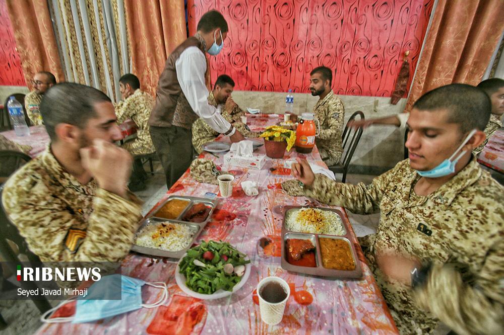عکس/ افطار در میان سربازان تیپ ۲۳۰ ارتش گرگان