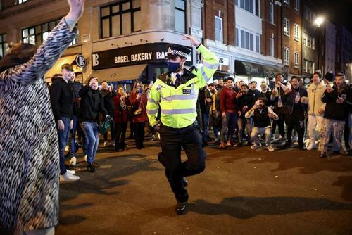 شادی پلیس لندن در جشن کاهش محدودیت های کرونایی