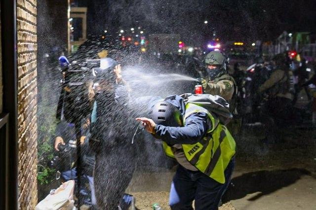 پاشیدن اسپری به صورت خبرنگاران توسط گارد ملی آمریکا