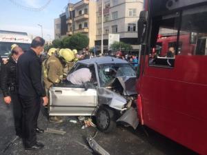 تصادف شدید خودروی پراید با اتوبوس در خط ویژه