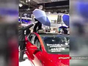 اعتراض یک زن علیه شرکت تسلا در نمایشگاه بینالمللی خودرو شانگهای