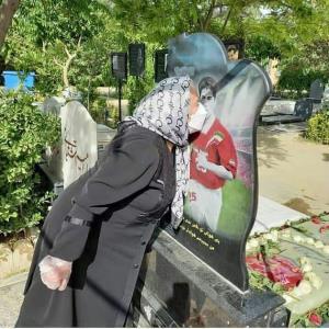 صحنه ای تلخ از بوسه مادر مهرداد میناوند بر مزار پسرش