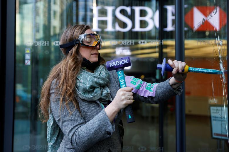 اقدام اعتراضی عجیب یک فعال محیط زیست در لندن