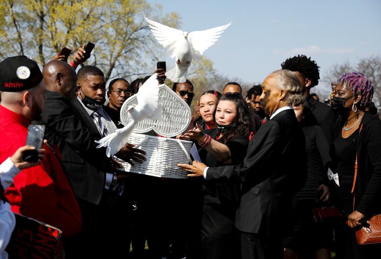 رها کردن کبوتر در تشییع جنازه یک رنگین پوست آمریکایی