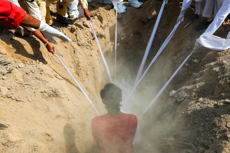 تدفین یک جسد کرونایی در دهلی نو